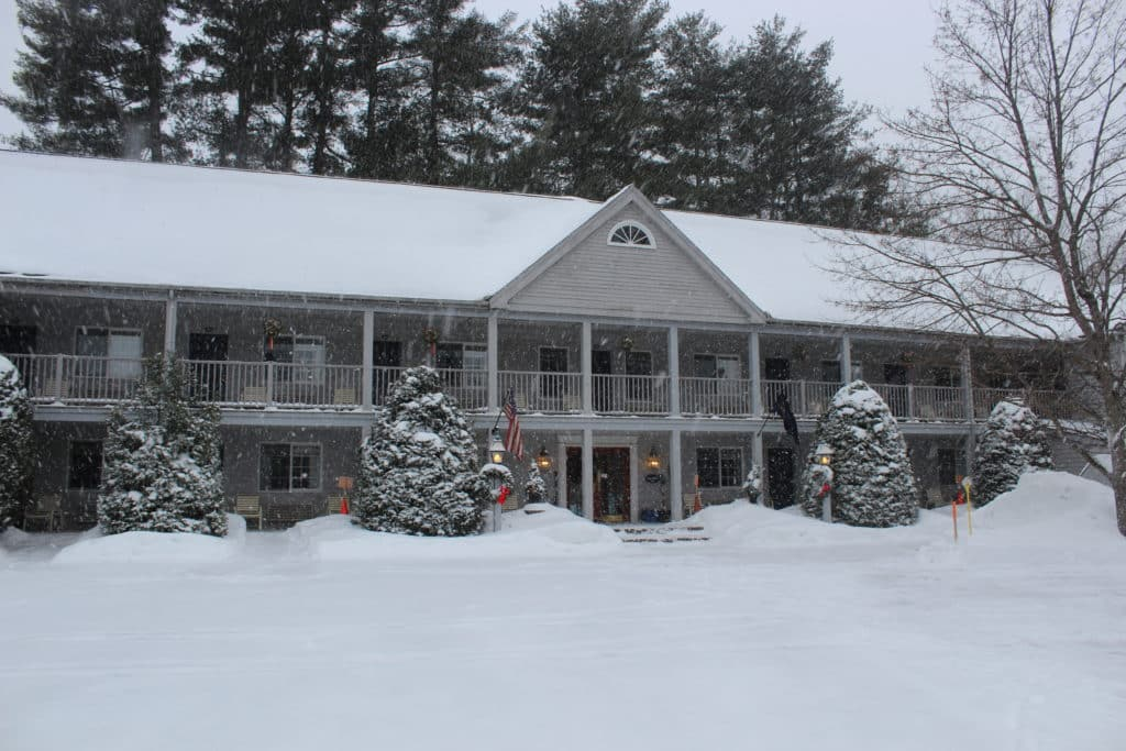 Front of the Jack Daniels Motor Inn while it snows
